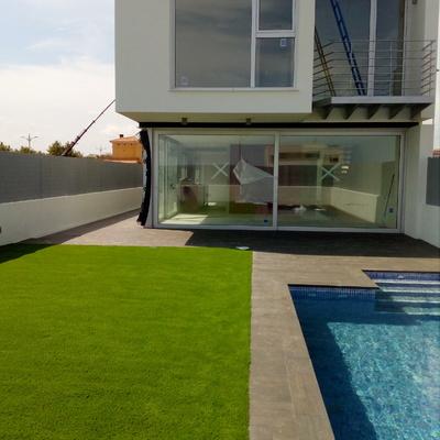 Césped artificial junto piscina