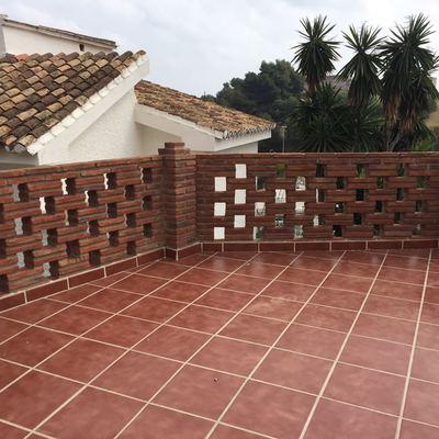 Terraza y muro de pilastras