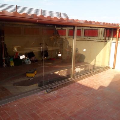 Cerramiento de aluminio inox, y techo de panel en madera