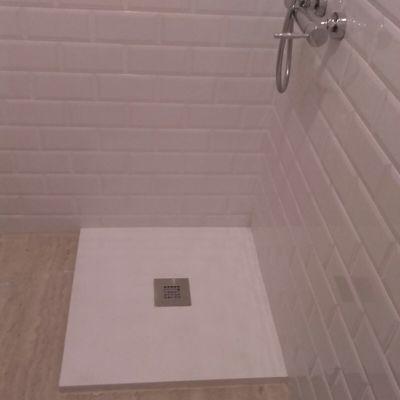 Plato de ducha pizarra blanca con azulejos blancos
