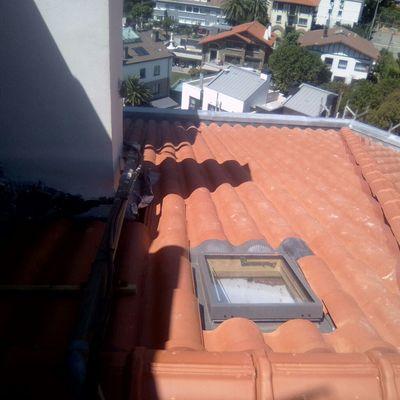 Ventana velux en el tejado de hormigon