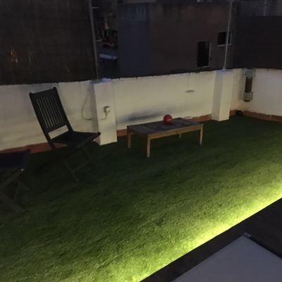 cesped artificial y iluminacion exterior