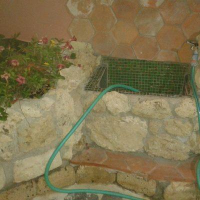 Jardinera en piedra con fuentes con cotto y mosaico