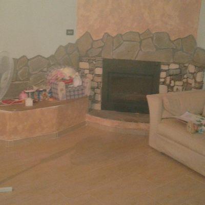 Revestimiento chimenea en piedra y suelo de gres porcelanico imitación madera trabajo terminado y pintado con eff