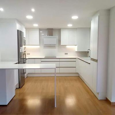 Encimera cocina y frente con mesa.