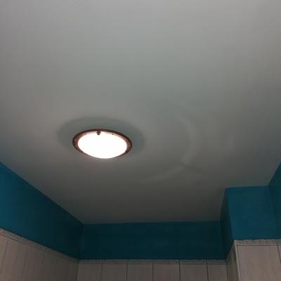 El después del techo de un baño