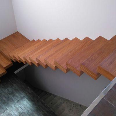 Escalera volada forrada con madera