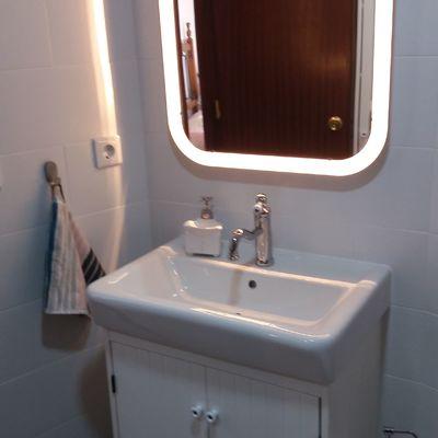 Instalación lavabo espejo y acabado de baño