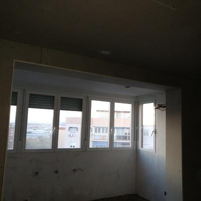 Una terraza heces con ventana exterior y yeso