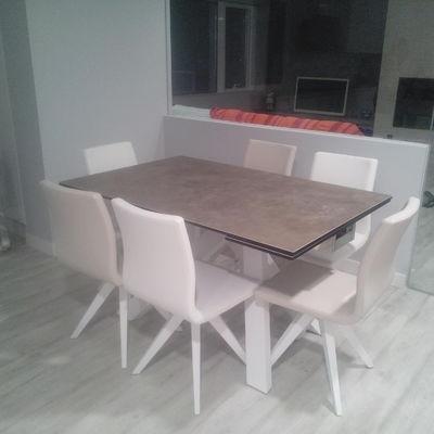 Conjunto de mesa y sillas de diseño