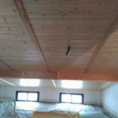 Falso techo de madera.