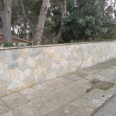 Valla forrada de piedra natural