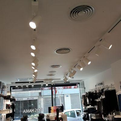 Instalación de iluminaciones en tiendas