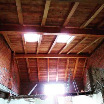 Tejado de madera con ventanas velux