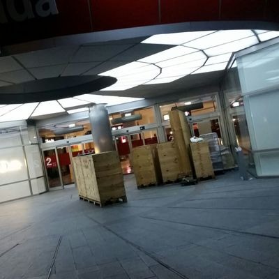 Accés d'embalatges al centre comercial previ al muntatge