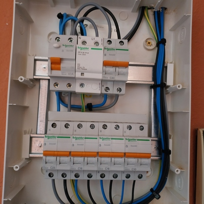 Ejecución de cuadro de vivienda electrificación basica