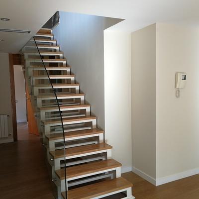 Esmaltado y barnizado de escalera sobre soporte de hierro y madera