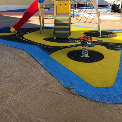 Aplicacion de caucho continuo parque infantil