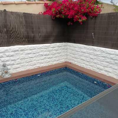 Acabado de la pintura de las paredes de la zona de la piscina
