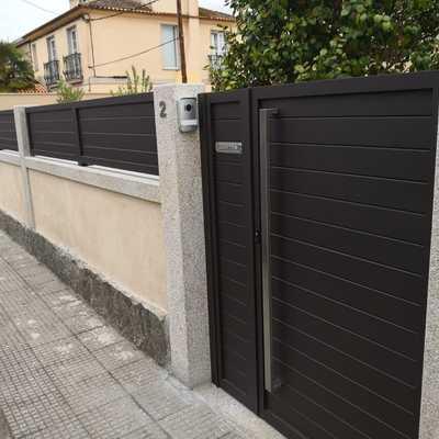 Puerta peatonal de aluminio soldado y vallas a juego