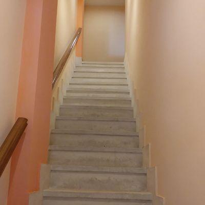Alisado escalera y barnizado barandillas