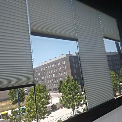 Cortina de cristal con persianas