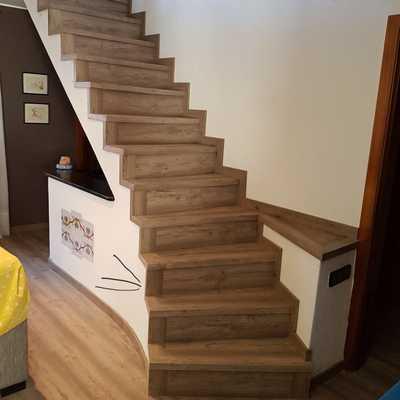 Escaleras con parquet y rodapié