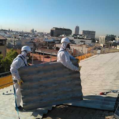 Desmontando cubierta en un edificio Madrid