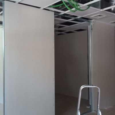 Levantando paredes de placa de yeso
