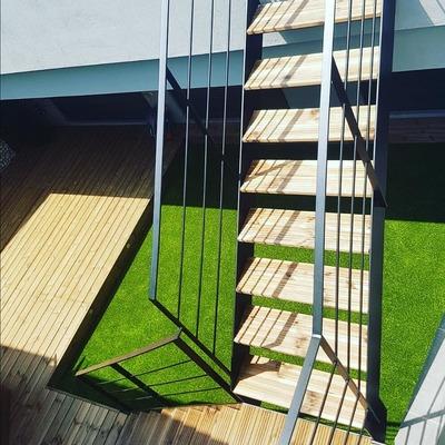 Escalera metálica lacada en negro con peldaños de madera