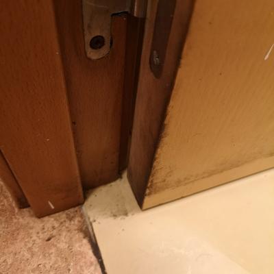 Juntas de puertas de baño antes
