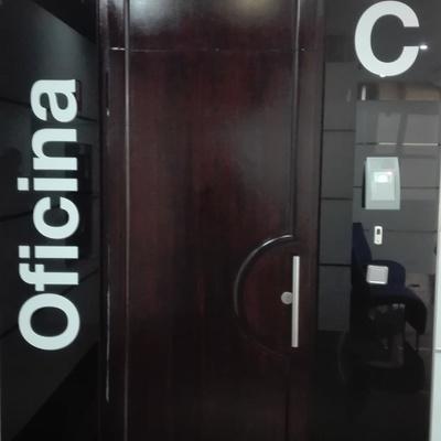 Puertas de entrada a oficinas edificio 12 estrellas