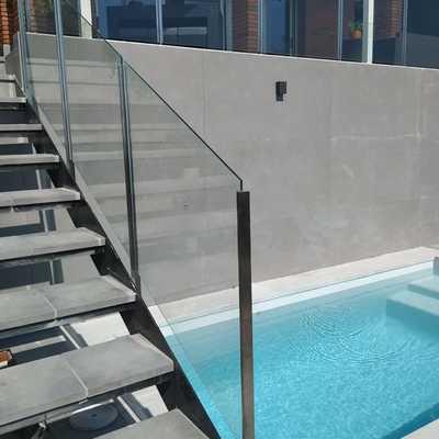 Escalera acceso piscina con cristalera