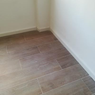 Poner suelo nuevo y la rodapie de madera