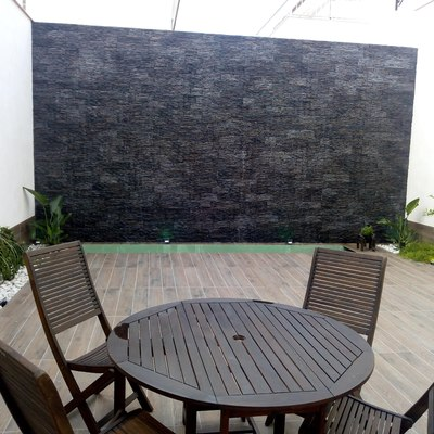 Vista frontal muro llorón con mobiliario de jardín