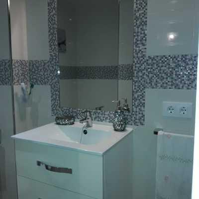 Baño con cenefa y espejo integrado
