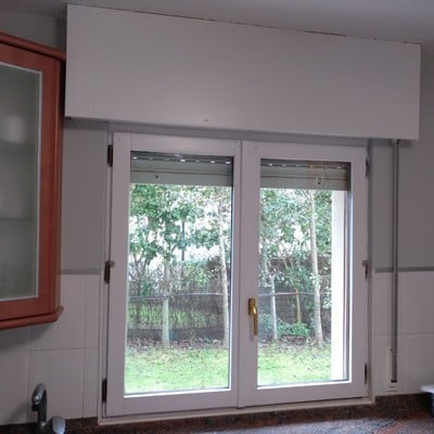 Lúcido y pintado de baldosas, ventanas y puertas en cocina.