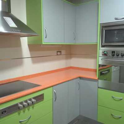 Cocina en tres colores super alegre