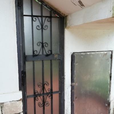 Reforma de puerta reja y armado de puerta bajo escalera