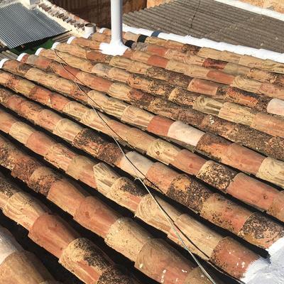 Retejado de teja arabe con pintado de caballetes con caucho blanco