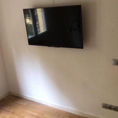 Colocación aérea de TV y mecanismos eléctricos en tono cromo
