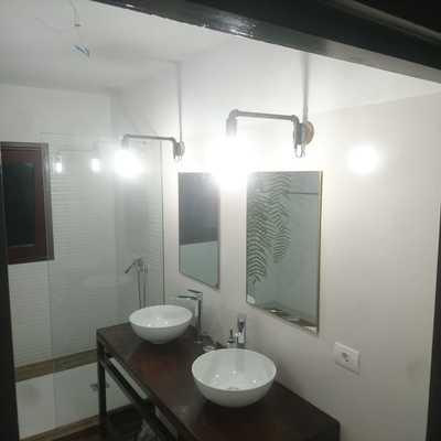 Colocación de lavabos, espejos y lamparas