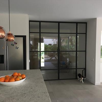 Puerta estilo industrial con acceso para mascotas.