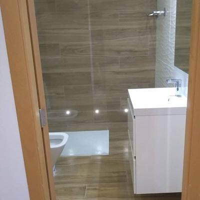Baño con azulejo imitacion a Parket combinado azulejo blanco