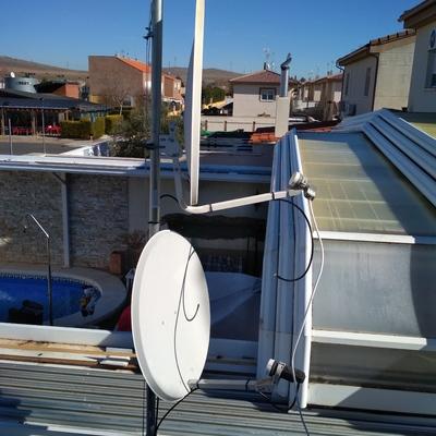 Instalación de dos antenas parabólicas.