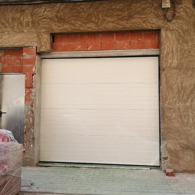 Puerta de garaje seccional motorizada