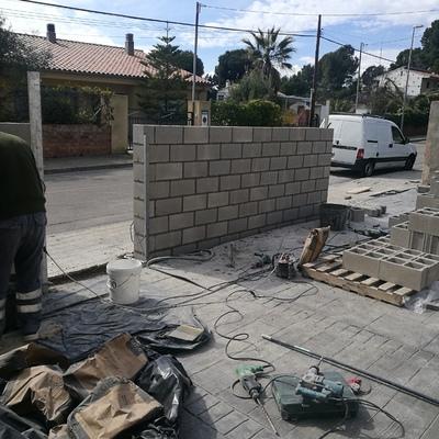 Levantar muro de bloques de hormigón