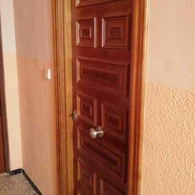 Puerta acorazada con panel exterior artesanal