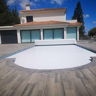 terraza y cubierta eléctrica piscina