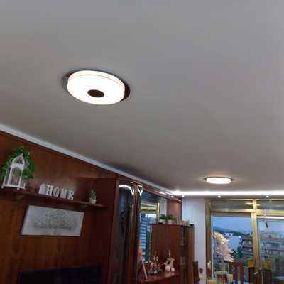 Sala terminada con su luz en el centro.colpr.blanco nieve